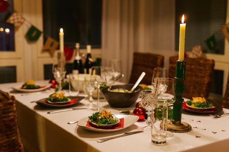 クリスマス パーティーや家族の家で新年のお祝いのため美しいテーブルセッティング 写真素材