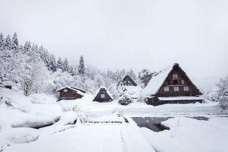 역사적인 일본 마을 일본의 랜드 마크 여행, 겨울에 시라가와 - 이동 스톡 콘텐츠