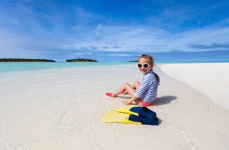 petite fille maillot de bain: Adorable petite fille avec un équipement de plongée en apnée à la plage pendant les vacances d'été