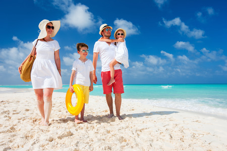 playas tropicales: Hermosa familia feliz con los ni�os en vacaciones de playa tropical Foto de archivo