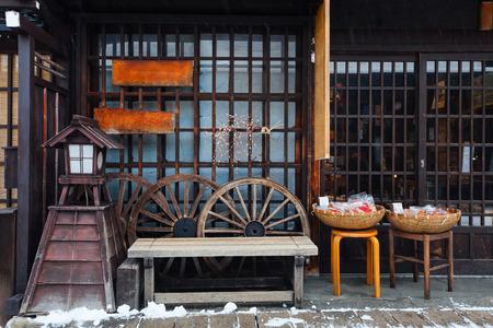 겨울 날에 일본의 역사 다카야마 마을에서 오래 된 지구 세부 사항을 닫습니다