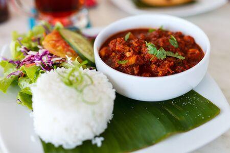 쌀, 고기 및 그린 샐러드 닫습니다 아시아 요리
