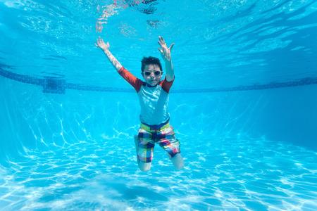 ni�os nadando: Subacu�tico lindo chico en la piscina Foto de archivo