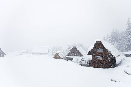 casa de campo: Aldea japonesa histórica Shirakawa-go en el invierno, señal de los viajes a Japón