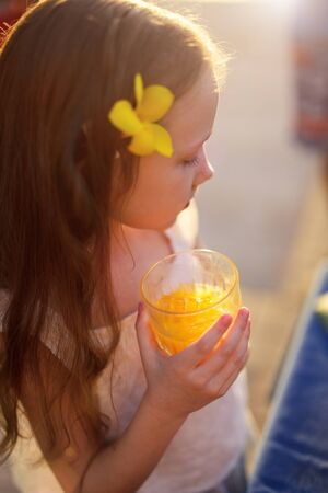 tomando jugo: Adorable niña de beber jugo de un vaso
