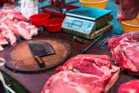 carne cruda: La carne cruda en el mercado mojado asiática