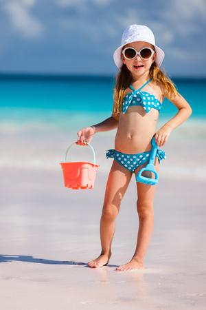 maillot de bain fille: Adorable petite fille sur la plage pendant les vacances d'été