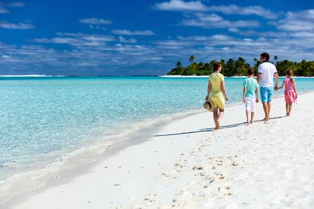 family: Hermosa familia feliz en vacaciones de playa tropical Foto de archivo