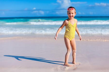 traje de baño: Niña adorable en la playa durante las vacaciones de verano