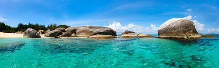 playas tropicales: Panorama de una imagen perfecta playa con arena blanca, agua turquesa del océano y el cielo azul en las Islas Vírgenes Británicas en el Caribe Foto de archivo