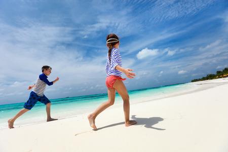 mignonne petite fille: Amuser les enfants à la plage tropicale pendant les vacances d'été