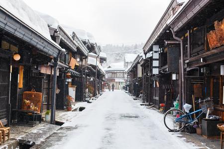 Antiguo distrito de casas de madera en la histórica ciudad de Takayama en Japón el día de invierno