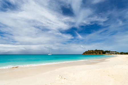 Idyllic tropical Ffryes beach with white sand, turquoise ocean water and blue sky at Antigua island in Caribbean Zdjęcie Seryjne - 51368225