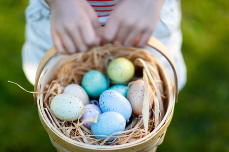 Close up of colorful Easter eggs in a basket Stockfoto
