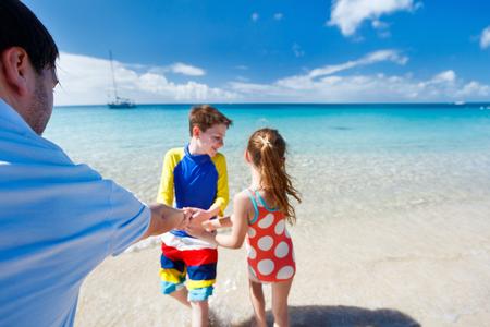 maillot de bain fille: Père et les enfants profiter de vacances à la plage des Caraïbes sur l'île tropicale amuser ensemble
