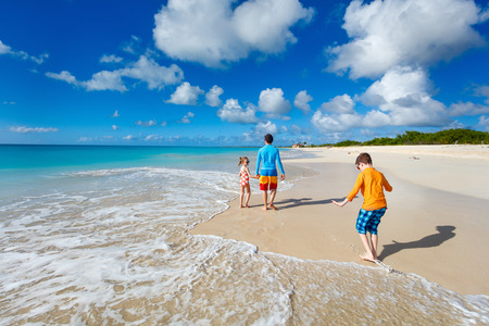 traje de baño: Padre y niños que disfrutan de vacaciones en la playa del Caribe en la isla tropical Foto de archivo