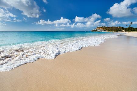 하얀 모래, 청록색 바다 물과 푸른 하늘 카리브해 안티구아 섬에서 목가적 인 열대 Darkwood 해변
