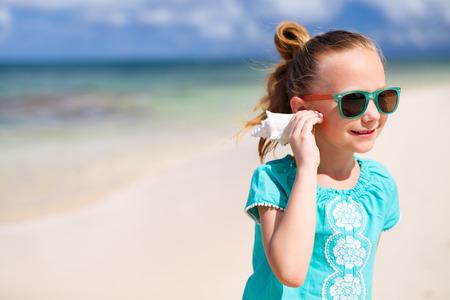 mignonne petite fille: Portrait de petite fille adorable avec un coquillage