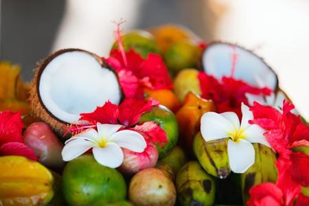 frutas tropicales: Varios Cocos y frutas tropicales decoración con flores frangipani y hibisco