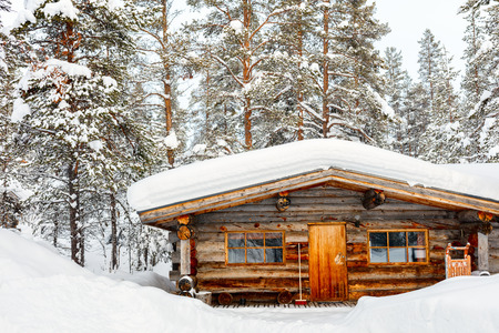 Beautiful winter landscape with wooden hut and snow covered trees 版權商用圖片