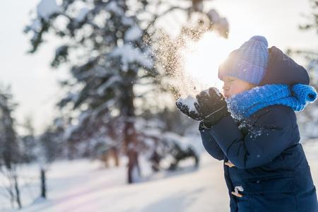 Der entzückende kleine Mädchen tragen warme Kleidung im Freien auf Winter schön verschneiten Tag