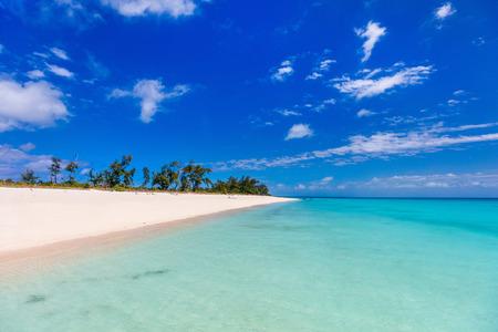 모잠비크 아프리카에서 하얀 모래, 청록색 바다 물과 푸른 하늘 목가적 인 열 대 해변