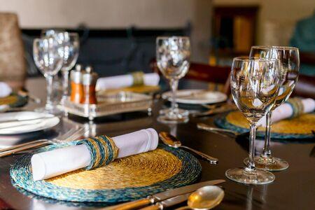 decoracion mesas: Table setting in a restaurant for romantic lunch or dinner Foto de archivo