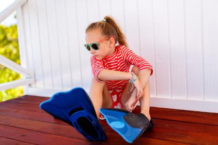 maillot de bain fille: Adorable petite fille avec un équipement de plongée en apnée pendant les vacances d'été Banque d'images