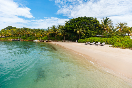 牧歌的な熱帯の島とターコイズ ブルーの海の水 写真素材