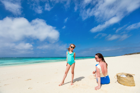Mother and daughter enjoying tropical beach vacation Imagens
