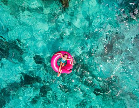 モルディブの熱帯の海で泳ぐ愛らしい少女の平面図 写真素材