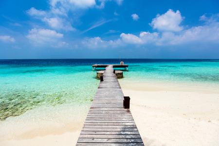 Belle plage tropicale sur une île exotique aux Maldives Banque d'images