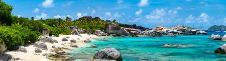 playas tropicales: Panorama de una imagen perfecta playa con arena blanca, turquesa agua del océano y cielo azul en las Islas Vírgenes Británicas en el Caribe
