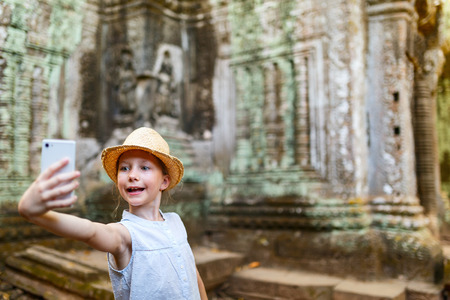 Little girl in ancient Angkor Wat temple in Siem Reap, Cambodia 版權商用圖片