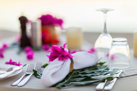로맨틱 한 이벤트 행사 또는 결혼식을위한 아름다운 봉사 테이블