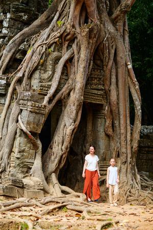 캄보디아 앙코르 고고학 지역의 고대 Ta Som 사원을 방문한 가족 스톡 콘텐츠 - 80101312
