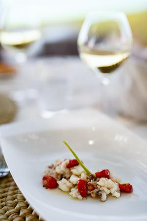 Sluit omhoog van heerlijke zeevruchtenstarter die voor lunch of diner wordt gediend