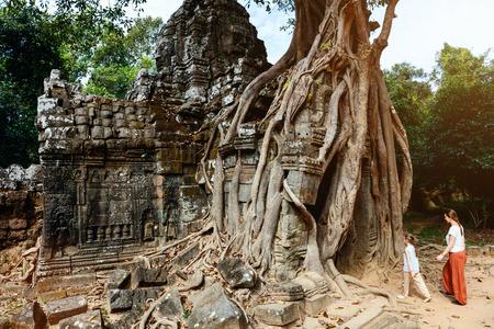 캄보디아 앙코르 고고학 지역의 고대 Ta Som 사원을 방문한 가족 어머니와 아이 스톡 콘텐츠 - 85170237