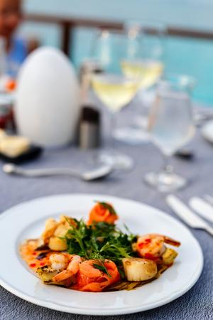 Heerlijke vis en coquille geserveerd voor lunch of diner