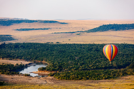 마사이 마라 국립 공원, 케냐 이상의 뜨거운 풍선의 이른 아침 비행