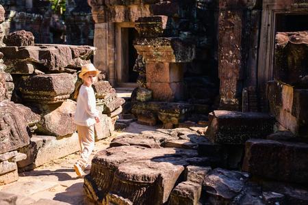 Siem Reap, 캄보디아의 고대 앙코르 와트 사원 어린 소녀