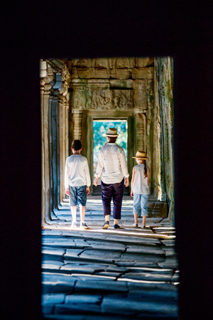Family visiting ancient Preah Khan temple in Angkor Archaeological area in Cambodia 版權商用圖片