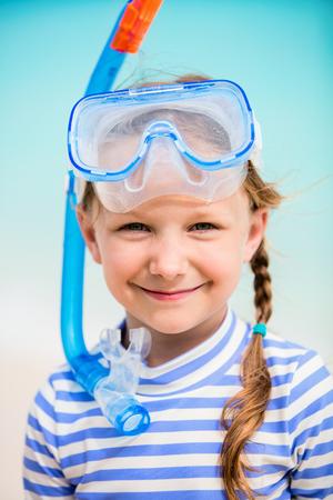 Die entzückende kleine Mädchen mit Schnorchelausrüstung am Strand während der Sommerferien Standard-Bild - 88496828