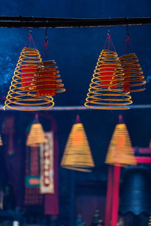 Cirkelincenses die in Chinese tempel in Macao branden Stockfoto