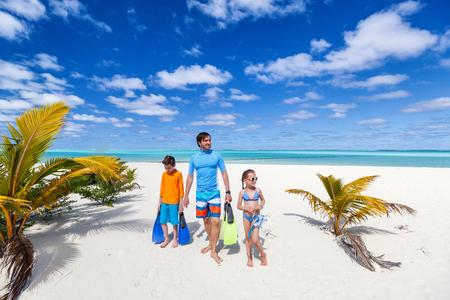 Vater und Kinder mit Schnorchelausrüstung genießen Strandurlaub Standard-Bild - 88497753