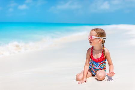 熱帯のビーチでかわいい女の子の肖像画