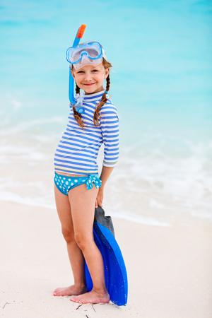 여름 휴가 기간 동안 해변에서 스노클링 장비와 사랑 스럽다 어린 소녀