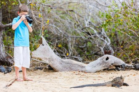 거대한 해양이 구 아나를 촬영하는 어린 소년