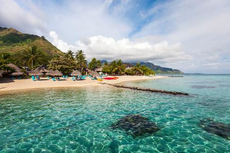 Mooi strand op Moorea-eiland in Frans-Polynesië Stockfoto - 90307625