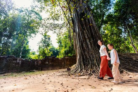 캄보디아 앙코르 고고학 지역의 고대 Ta Som 사원을 방문한 가족 어머니와 아이